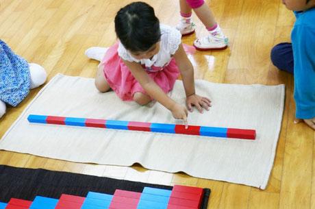 数の棒を使った活動で算数の基礎となる考え方を育んでいます