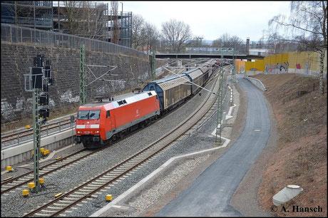 GA 52814 wird am 28. März 2015 über Chemnitz umgeleitet. 152 084-0 zieht die Fuhre. Gleich fährt der Zug in Chemnitz Hbf. ein