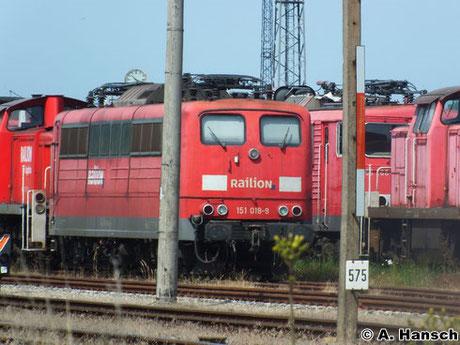 151 018-9 ist eine von vielen z-gestellten Loks in Rostock Seehafen. Ihre Zukunft ist ungewiss. Am 22. Juli 2014 entstand diese Aufnahme der Maschine