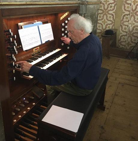 Il M° Jean Guillou mentre prepara un concerto sull'organo di San Daniele