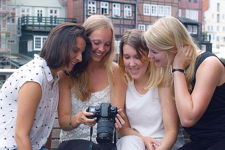 Fotoshooting in Lüneburg werden unter den Mädchen die ersten Bildergebnisse gesichtet. deisoldphotodesign unterwegs in Lüneburg