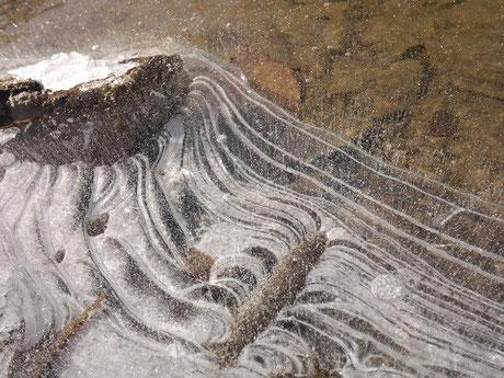 美しい縞模様の氷