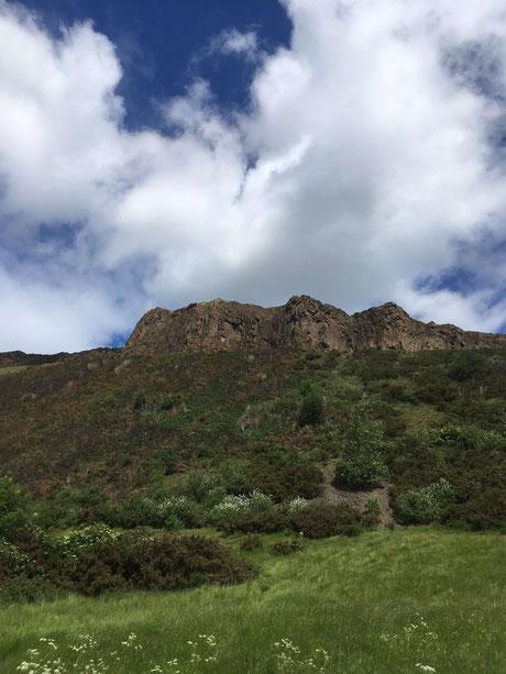 Die Salisbury Crags von unten gesehen