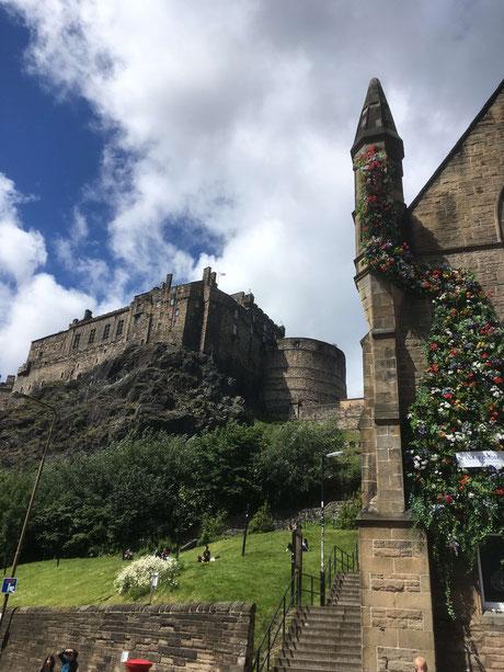 Blick von Grassmarket auf Edinburgh Castle