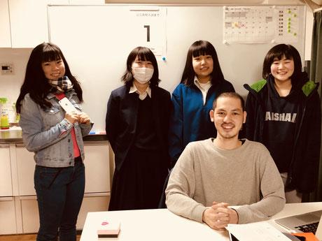 (右下)児之原さん。塾の生徒さんたちと