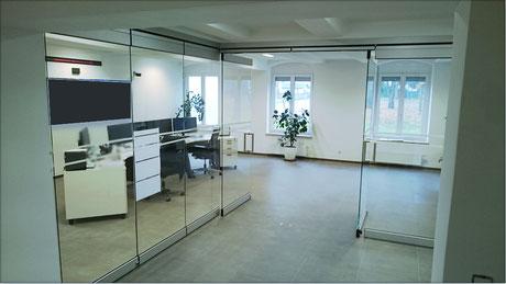 Nurglaswand in Aluminiumfassung, komplett verschiebbar mit Flügeltüren, Ansicht Ost