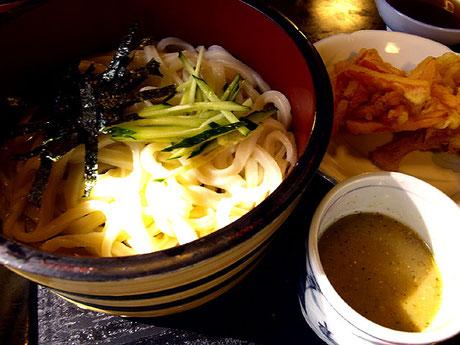 「子亀」では天ぷらもおいしいと聞いたので野菜天も注文。カリッサクッツルツルッ進む進む