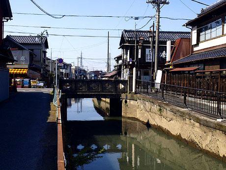 会の川に架かる石橋の一つ。古きよき時代にタイムスリップしてしまったかのような一角