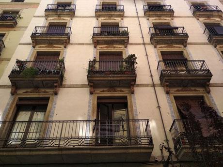 Pintores Barcelona. Reparación estuco a la cal finca catalogada Ciutat Vella, L´Eixample