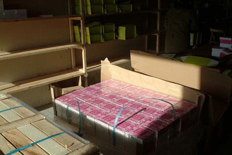Deux palettes de 1000 Dicos stockés dans un hangar loué pour l'occasion et des centaines de Dicos à poster pour Noel !