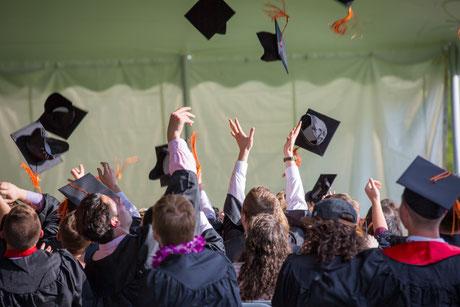 Studium, Studenten, Abschluss Bachelor, Abschluss Master, Berufseinstieg, eigene Verträge, elterliche Obhut, Versicherung für Berufseinsteiger