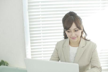 ネットで新たな取引先を探す女性事業家