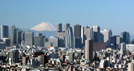 Quartier de Shinjuku avec vu sur le Mont Fuji. Source:https://en.wikipedia.org/wiki/Shinjuku