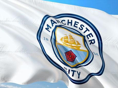 Flagge mit dem Logo des Fussballclubs Manchester City