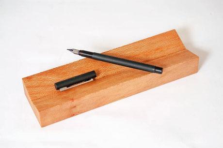 Massivholz Stiftablage, Oberfläche unter 30° ausgekehlt für die Stiftablage