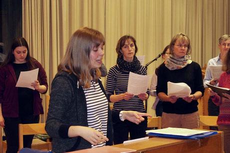 Die Chorleiterin probt intensiv mit dem Chor.