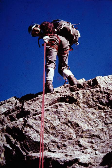 岩山を登山する松井さん