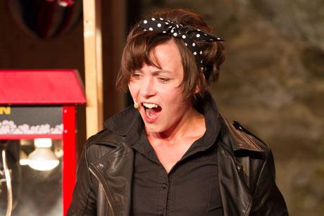 Angela Ahlheim als Beatrice in Viel Lärm um Nichts im DAS DA Theater 2018