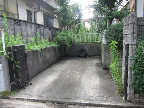 庭につっこんでいくカーポート。