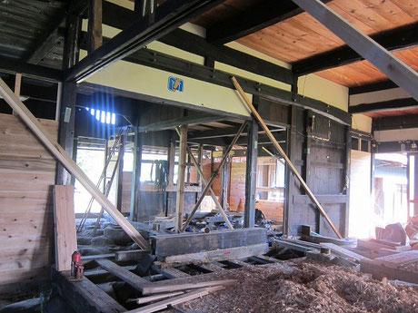 内部。杉の厚板を落とし込んだ部分が新規耐力壁部分。