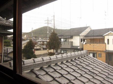 北西窓からは山が見えます。