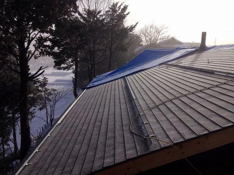 大屋根板金工事完了。すでに煙突も取り付きました。