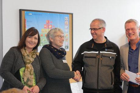 von links: Nina Bartels, Meina Fuchs (Lebenswege Begleiten), Bernd Bremer (Präsident des Rotary Clubs), Niels-Holger Rahm (Rotary Club). Foto: Elke Benjes