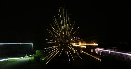 Bild: Weihnachtsbaum mit Stahlen, ©Rita Helmholtz 2016