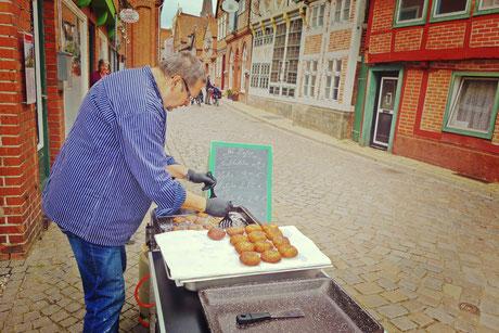 Gleich zum Start gab es in Lauenburg perfekte Fischfrikadellen mit viel Petersilie und Liebe zubereitet.