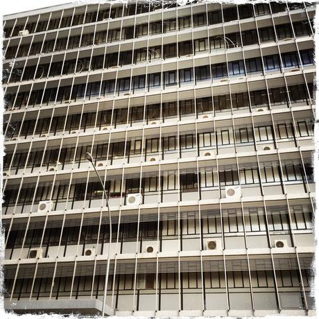 Windhoek - Gegensätze wie in jeder Stadt. Bausünden und historische Gebäude nur wenige Meter voneinandern entfernt