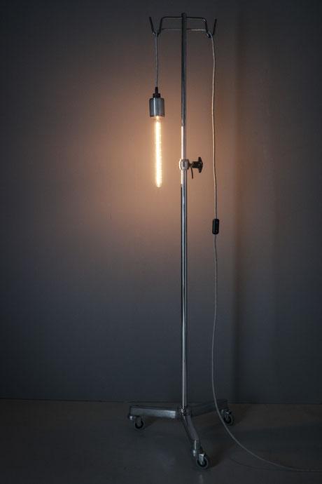 L'unico Zug Lunico Steinhausen Schweiz vintage lampen leuchten metall messing kupfer unikat stehlampe stehleuchte einzelstück LED creatic cable lampen bodenlampe bodenleuchte hängelampe hängleuchte holzlampe infusionständer