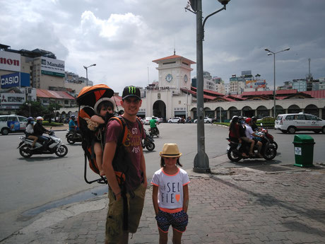 Marché de Ben Thanh en fond