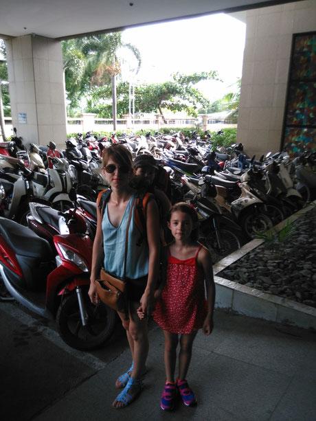 Porte bébé qu'on a ramené de France, bien pratique pour les rues d'Ho Chi Minh