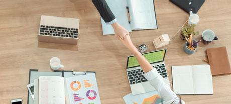 Handschlag am Schreibtisch im Beratungsgespräch für Unternehmerinnen und Kanzleien.