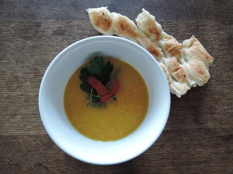 Mango-Möhren-Suppe mit Fladenbrot