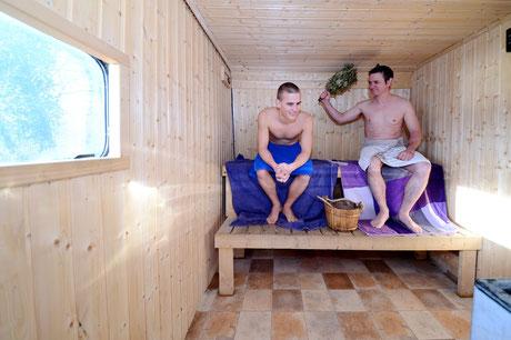 Sauna im Wohnwagen. am See. egalwo.sauna. saunawagen.mobile sauna.wearesaunah.wearesauna.wohnwagensauna.finnischsesauna.holzofen.holzofensauna.erholung.warm.aufwärmen.mieten.rentasauna.mietsauna.probeschwitzen.Bank.Holzbank