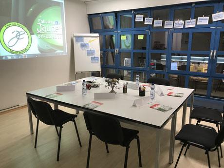 Einmündung mit drei Fahrzeugen bei der Fahrschule Jauner