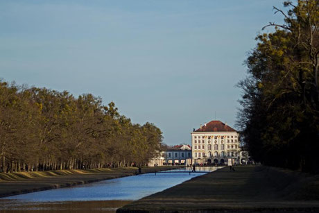 Schloss Nymphenburg aus Rtg Westen über den Schlossgartenkanal fotografiert.