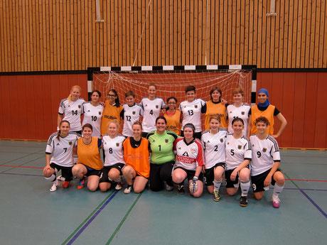 Testspiel in der Sportschule Wedau: Unsere Futsalicious Essen Ladies inmitten der EM-Fahrerinnen von der Deutschen Frauen-Futsal-Nationalmannschaft der Gehörlosen (Foto: Futsalicious Essen)