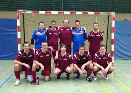 """Bei aller Freude ein wenig verwackelt - oder bebte die Halle? Das """"Futsalicious II""""-Erfolgsteam im Nachbarschaftsderby mit dem """"PCF Mülheim"""" (Foto: FE)"""