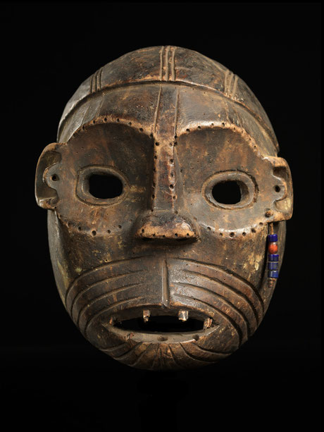 Very rare hunter or warrior mask with strong scarifications and glass beads