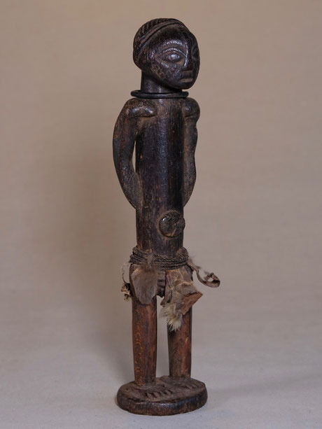 Tabwa Figure with strong posture, rich decoration and old patina.