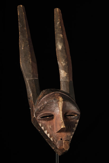 "Pende Mask ""giphogo"" with horns and leathery patina"