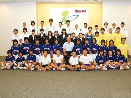 太田市役所へ市長報告会に参加した選手