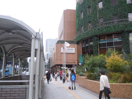 ③大阪駅前南(五叉路)の交差点を大阪マルビル方面に進みます。