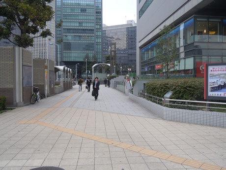 ②City Bankさんの東側の歩道を南進します。