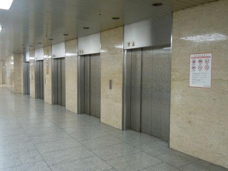 ⑥東へまっすぐ進み、エレベータホールから11Fにお上がりください。