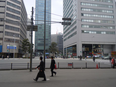 ①中央南口(阪神百貨店さんの西側の道)から南へ進みます。