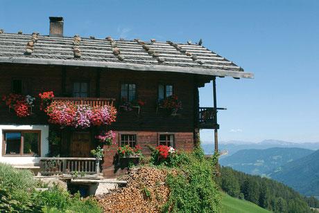 Die Reschneralm am Reschenpass im oberen Vinschgau besticht durch ihren grandiosen Ausblick zum Reschensee und Reschen am See