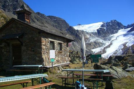 Weißkugelhütte in Langtaufers im Vinschgau in Südtirol. Gletscher und anmutige Berggipfel in greifbarer Nähe am Reschenpass.